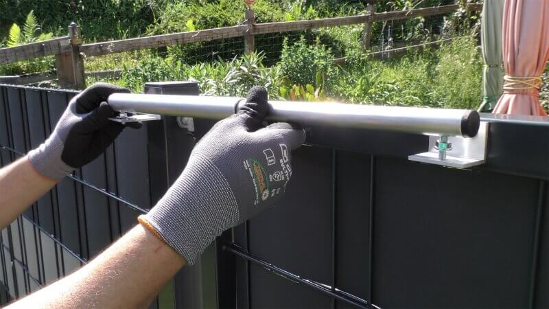 Mounting example type 1 - Mounting on gateposts with centrally located door hinges